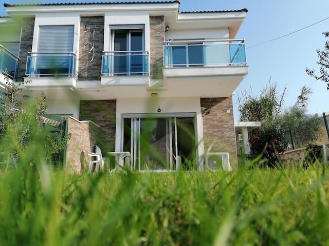Şifne'de Ilıca ve Alaçatı'ya yakın  dublex villa.