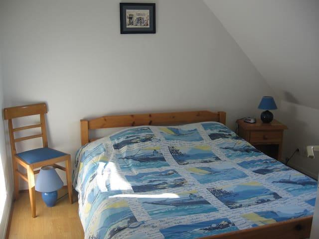 Chambre grand lit et grand placard - vue mer