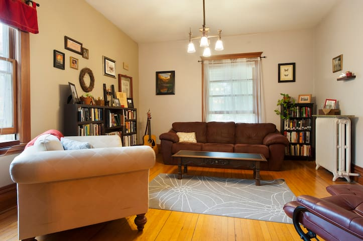 Spacious urban apt with porch and easy transit - Minneapolis - Daire