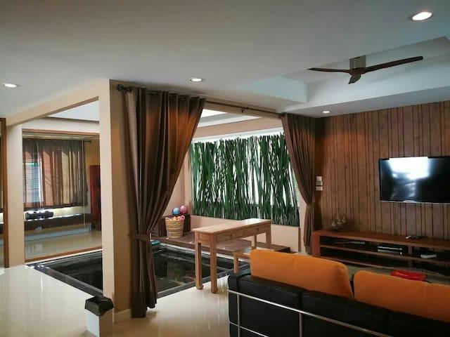 8折!富人区奢华别墅的独立套间,私人按摩泳池,出行方便,位于尚泰商场距离古城机场只需15分钟