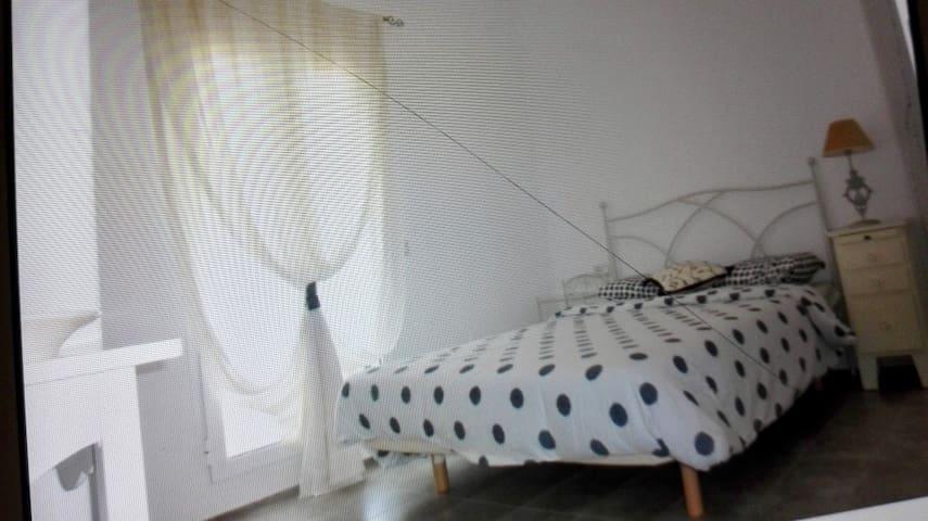 Segunda habiatacion con cama de 150 cm con acceso a una terraza grande