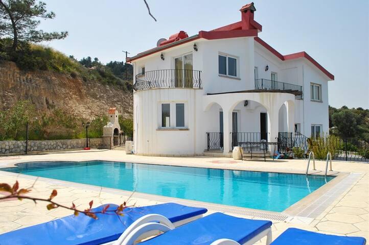 Villa Bueno sleeps 6 people with 3 bedrooms and 2 bathrooms