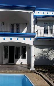 villa calodyne avec piscine - Calodyne - Rumah
