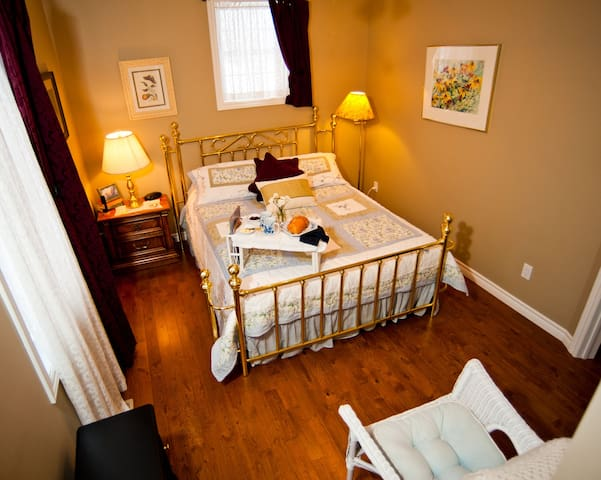 Bluebird Meadows - The Brass Room - Moonstone - Bed & Breakfast