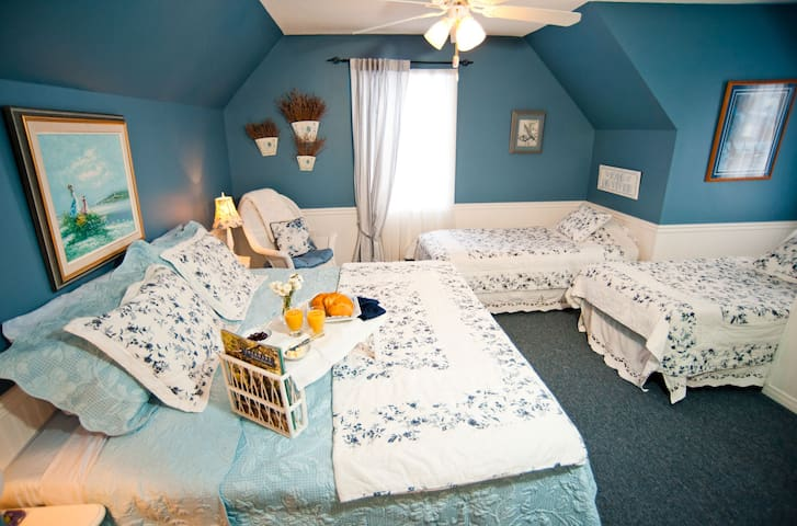 Bluebird Meadows - The Blue Room  - Moonstone - Bed & Breakfast