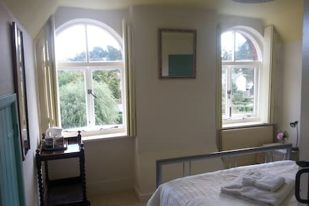 Charming Double Room-Arched windows - Rowlands Castle - ที่พักพร้อมอาหารเช้า