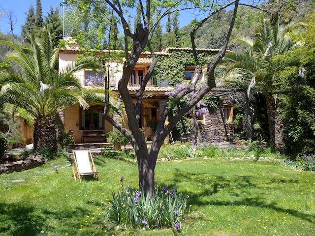 Casa con jardín dentro de un bosque - Pitres - Casa