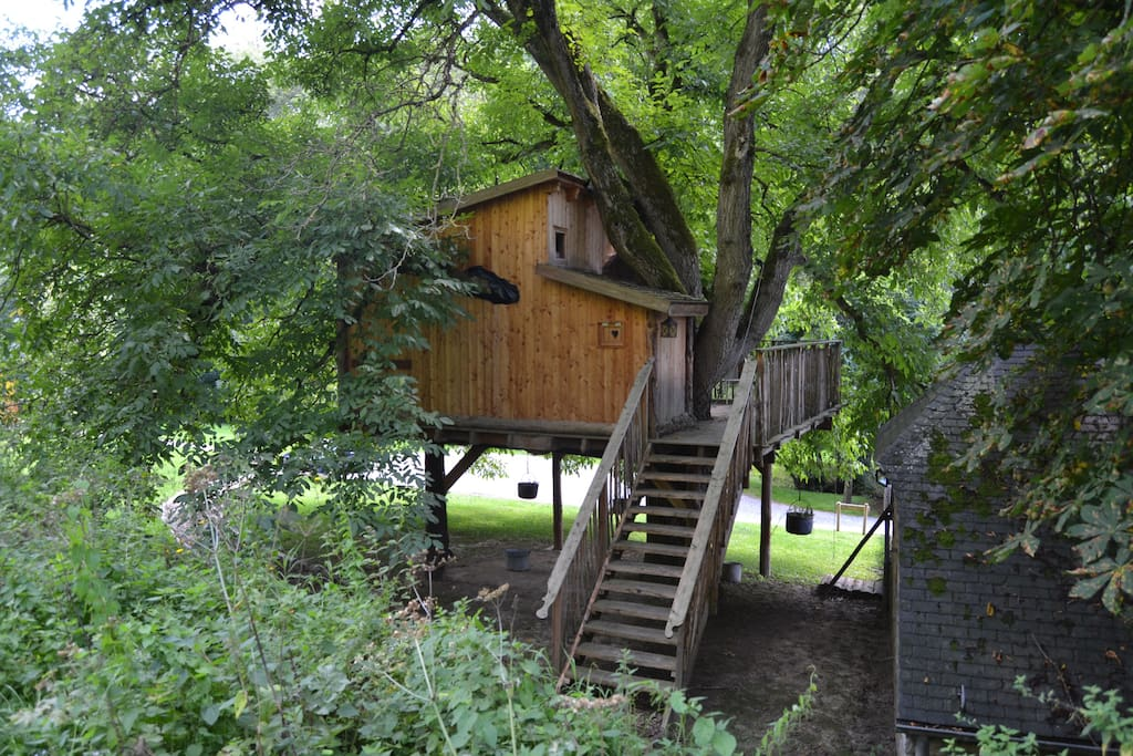 cabanes perch es dans les arbres treehouses for rent in dinant r gion wallonne belgium. Black Bedroom Furniture Sets. Home Design Ideas