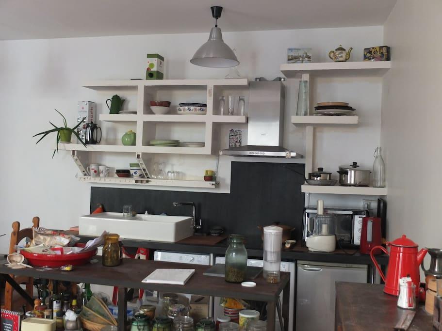 La cuisine vue de l'entrée de la grande pièce (25 m2), à gauche de l'entrée générale / The kitchen from the entrance