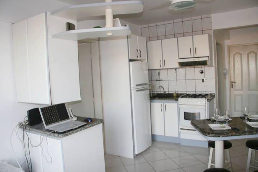 Cozinha completa, com eletrodomésticos e utensílios.