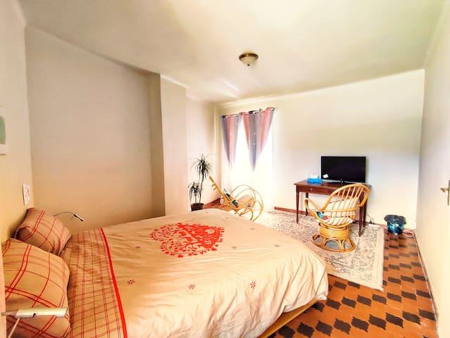 Chambre #1 Votre chambre pour 1 à 2 personnes (1 lit queen size) – premier étage de la maison.