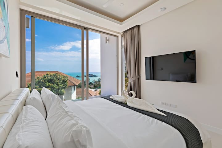 Bedroom 4 with balcony and sea view