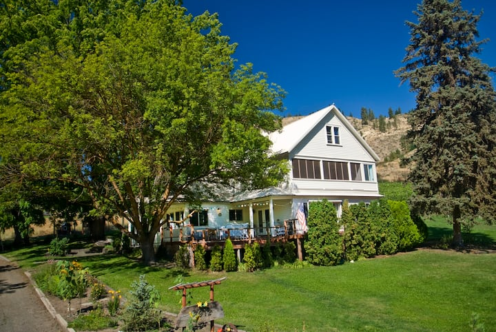 Historic Farmhouse on Vineyard for Outdoor Advntr!