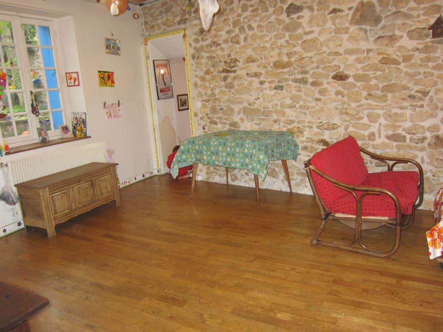 Le salon peu encombré de meubles laisse place à... plus de place!!!