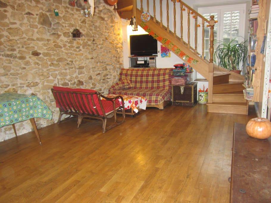 de nouveaux le salon côté télé et escalier...