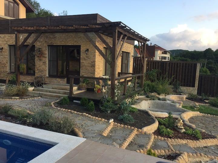 Дом с бассейном и видом на озеро в Абрау-Дюрсо