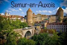 À 12 km du gîte: Semur-en-Auxois, capitale historique de l'Auxois en Bourgogne est une ville qui possède tous les charmes d'une cité médiévale avec ses tours et ses remparts, son fameux donjon, sa collégiale du 13ème siècle d'un style gothique.