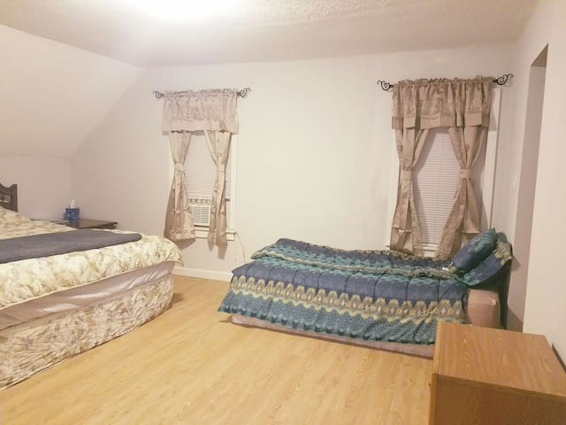 Large BR for 3 in Single House in Lowell - Lowell - Rumah