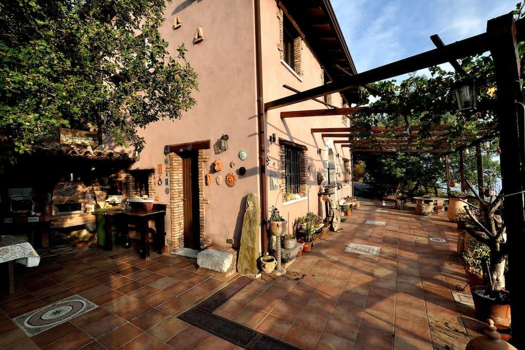 la casa con l' angolo forno e l' ampia terrazza