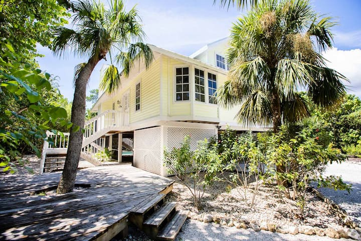 SUNBEAM- EAST END HOME ON SANIBEL, DOG FRIENDLY, WALK TO BEACH AND PRIVATE POOL!