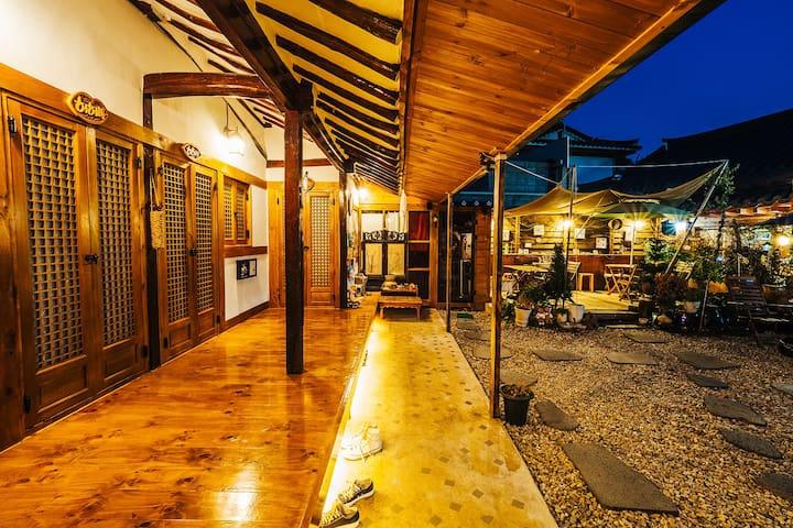 ㅋㅋ방 오늘은쉼표 호호맘 한옥게스트하우스 ㅋㅋ방 [기준2인/최대3인] 온돌방 - Wansan-gu, Jeonju - Casa de hóspedes