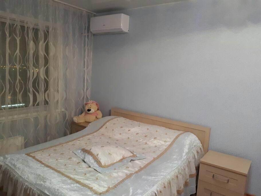 спальня,большая двухместная кровать с матрасом премиум класса