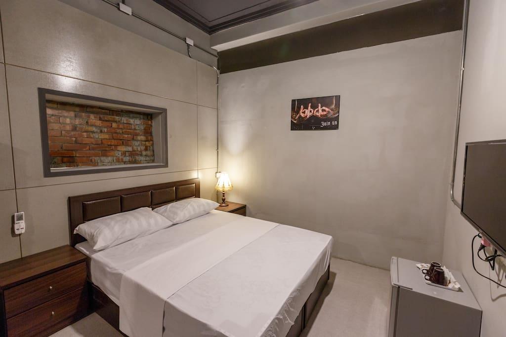 房間內舒適的床