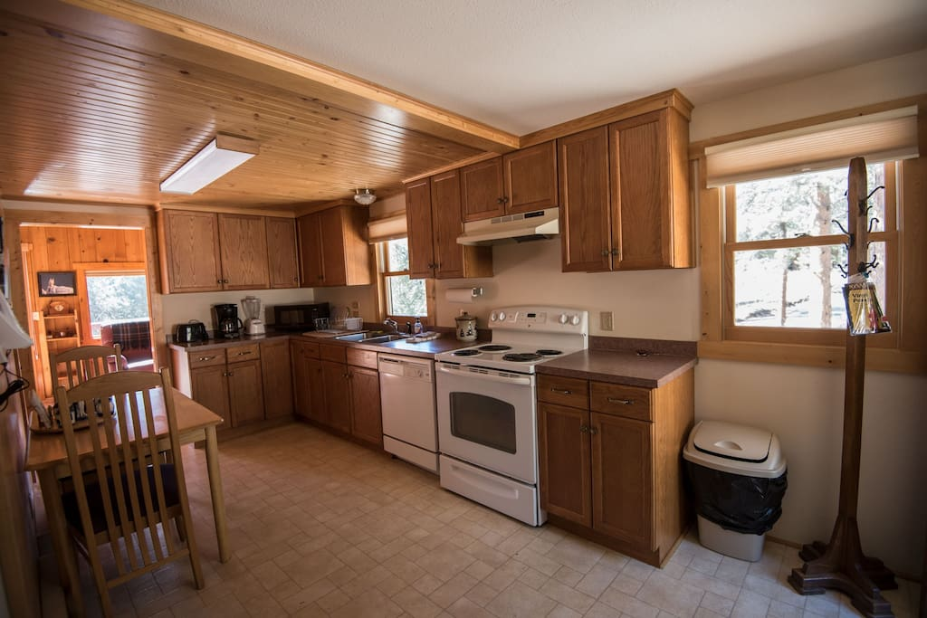 Well equipped kitchen w/dishwasher