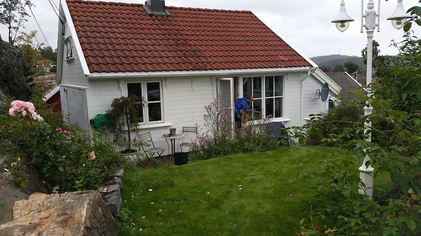 Sentru(SENSITIVE CONTENTS HIDDEN)ært hus i Lillesand med hage og sjøutsikt - Lillesand - Rumah