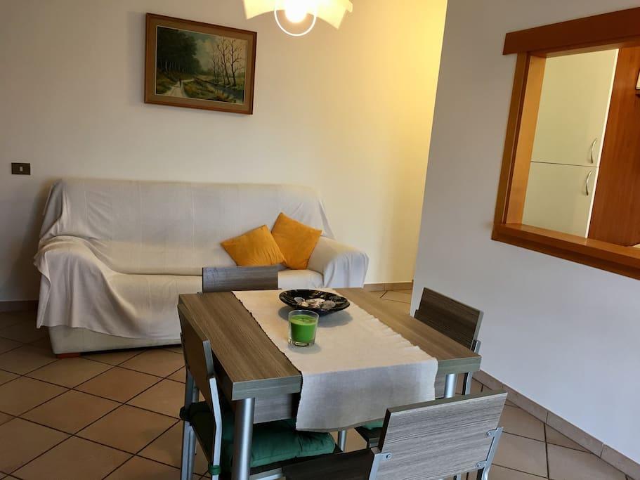 Sala con tavolo allungabile e divano letto