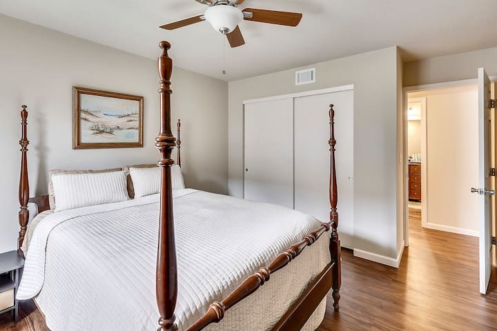 Guest bedroom with queen sized bed.