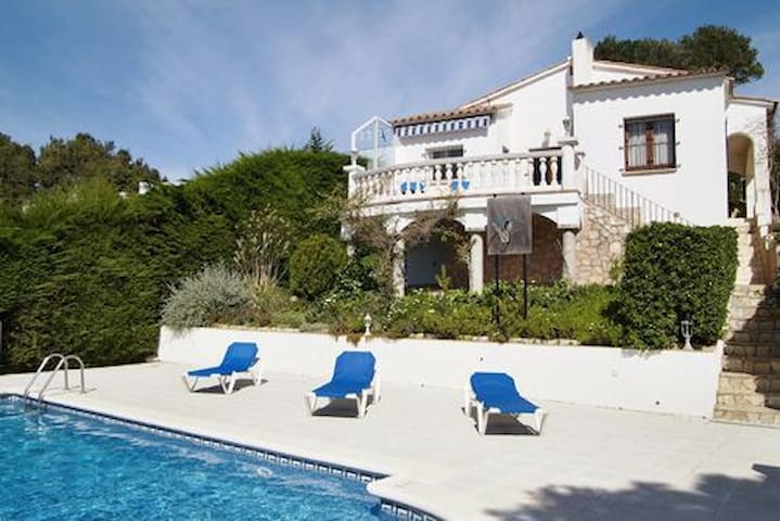 This villa is located in the estate of Aigua Gelida, 1 Km from the beach of Tamariu, in a - Tamariu - House