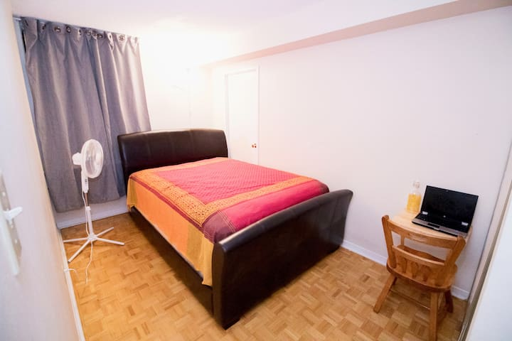 Stay in downtown Toronto at reasonable price!!!