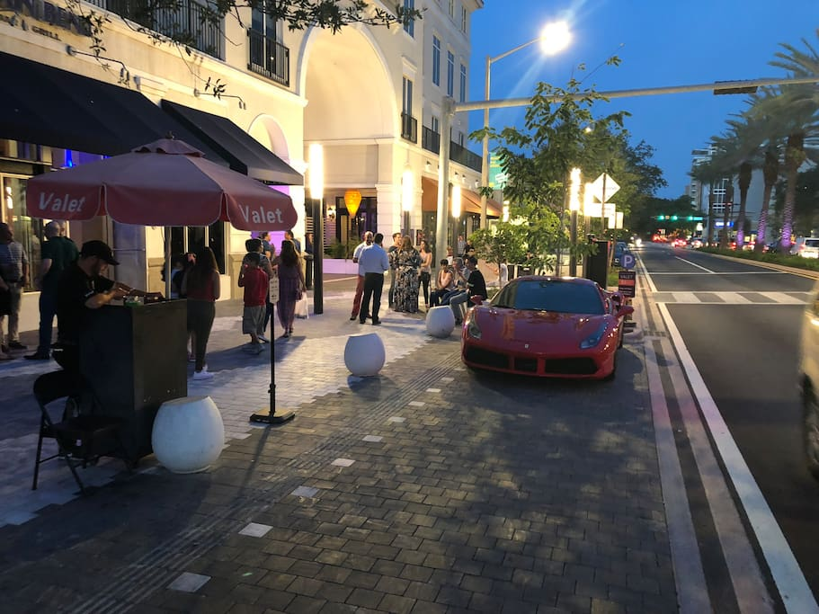 Coral Gables's Downtown 8:15pm (3 blocks away) 6 minutes waking.