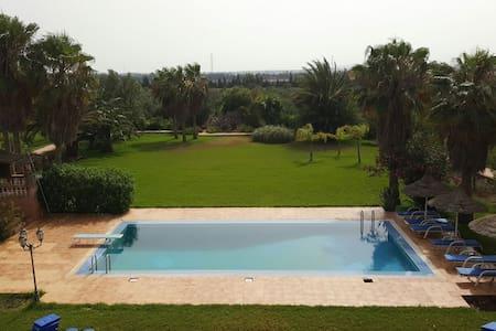 Magnifique Villa avec piscine. Très grand jardin. - House