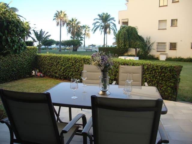 Terraza privada con salida a jardines y piscina