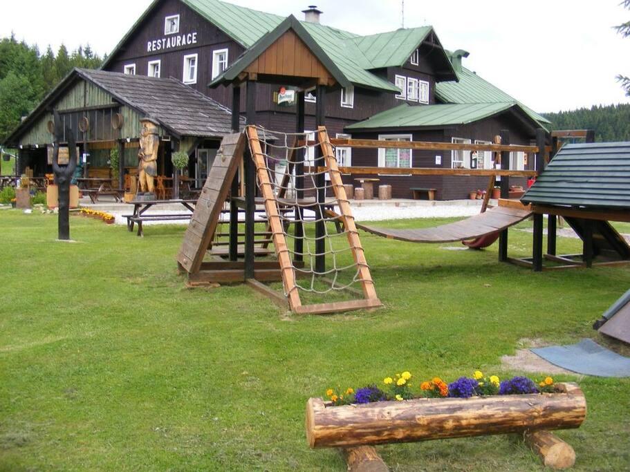 Dětské hřiště s lanovým parkem