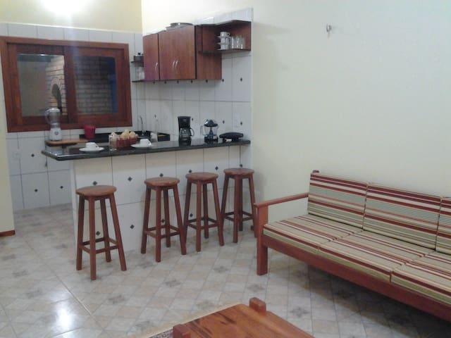 Cozinha com fogão, geladeira, liquidificador, sanduicheira, cafeteira, etc.