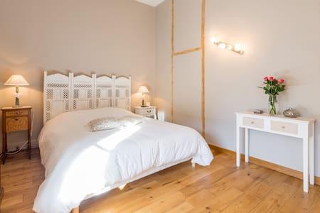Chambre 1 L'Orient'Aise - Sérézin-de-la-Tour - Bed & Breakfast