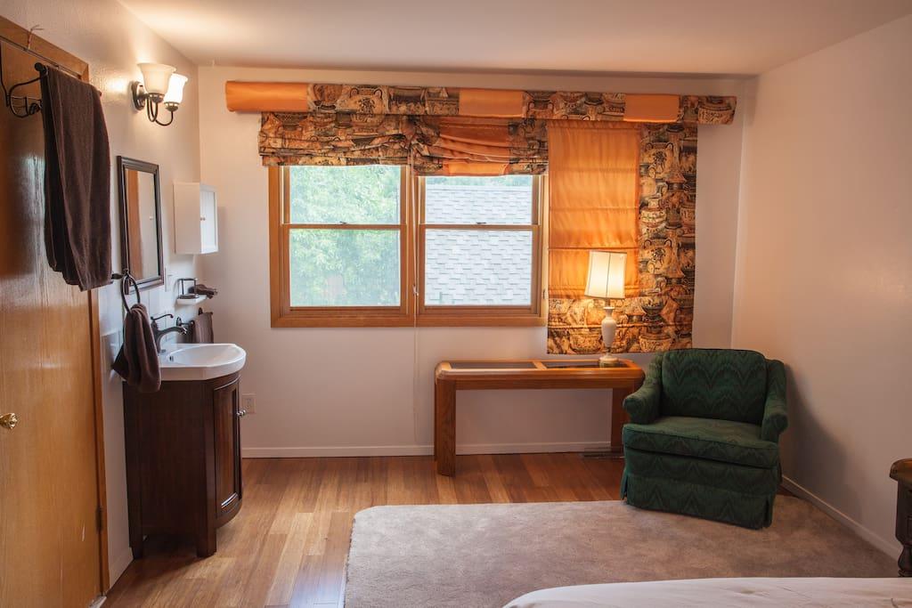 Vanity En-Suite  and Sitting Area