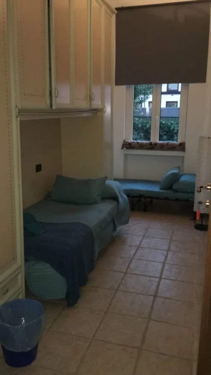 Camera con due letti e bagno condiviso