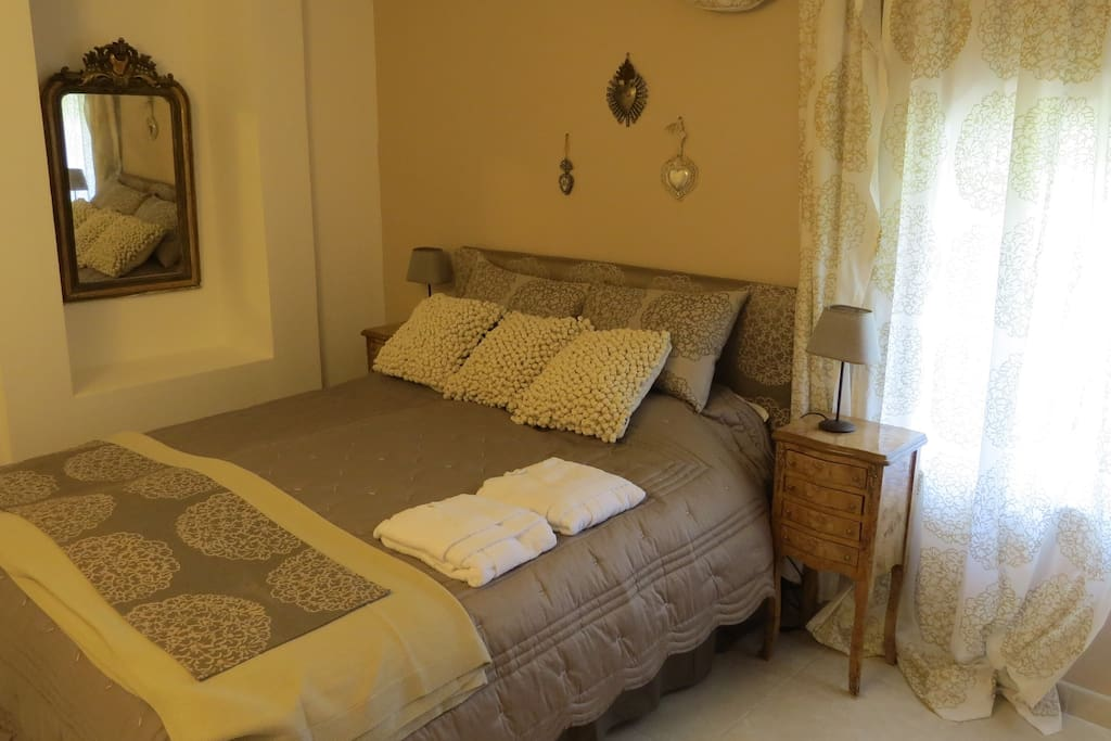Chambre d 39 h te au mas de martinet bed and breakfasts for for Chambre d hote avignon