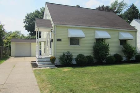 Cozy bungalow right by the airport! - Cleveland - House
