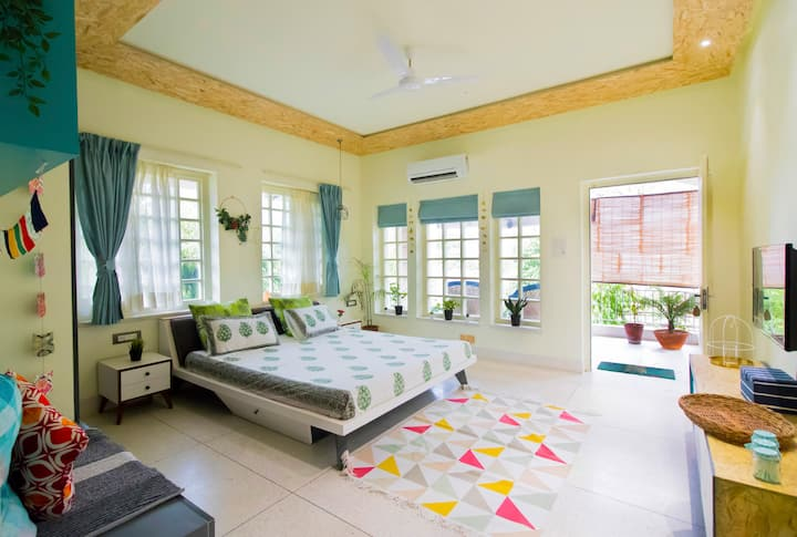 Private room+balcony+Central Jaipur+Netflix access