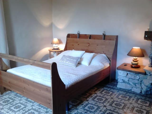 Chambre avec lit double au Rdc