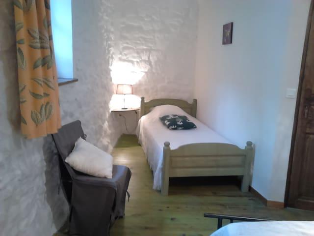 Chambre à l'étage avec lit simple et lit double