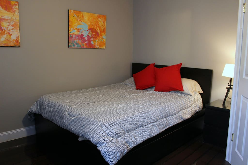 Queen Bed Comfortable Sheets and Pillows