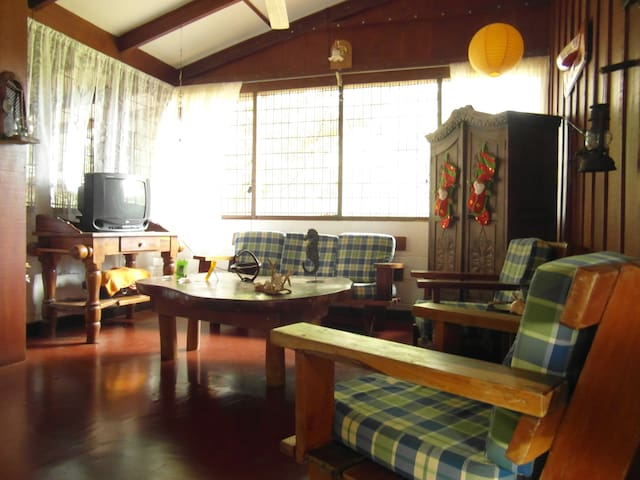 Room in typical Costa Rican house - Coco - Rumah