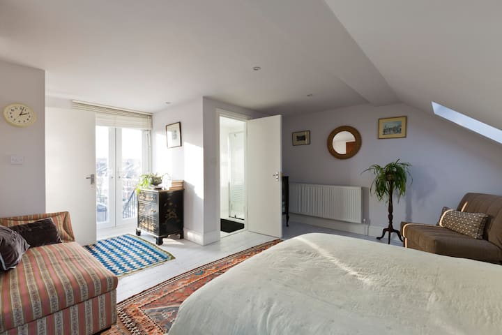 AMAZING LOFT ROOM, OWN ROOF TERRACE, CHISWICK W4