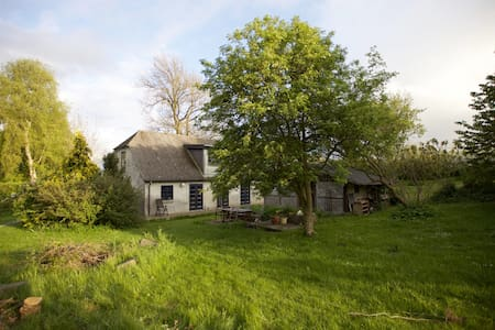 Stille Familiehus med naturgrund ved Grønsund